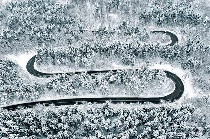 无人机摄影在黑色和白色